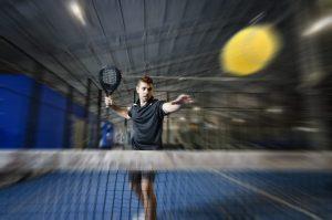 padel-jogador-raquete-bola